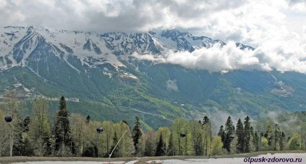 Красная Поляна, что посмотреть летом: горы и облака