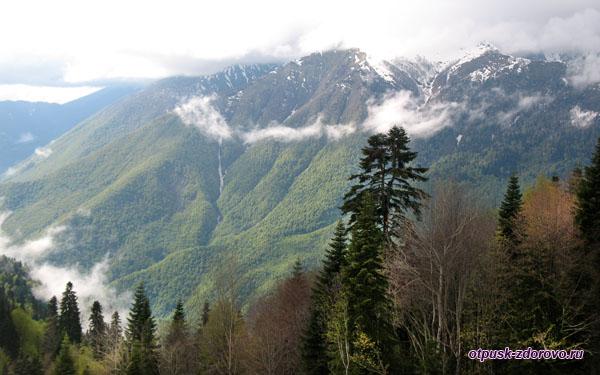 Красная Поляна, облака и горные склоны летом