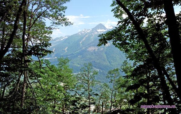 Хребты Кавказских гор с водопадом Поликаря вдалеке