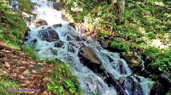 Внизу водопада Кейва