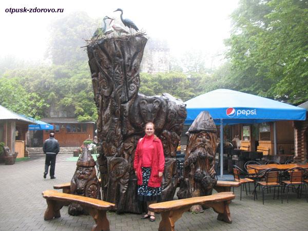 Деревянные скульптуры возле башни Ахун, Сочи
