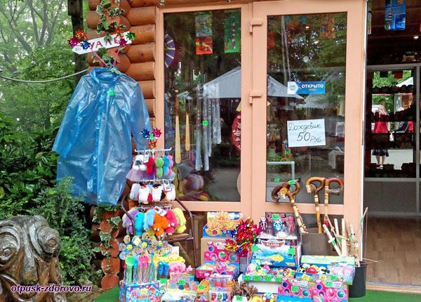 Сувенирные магазины возле башни Ахун, Сочи
