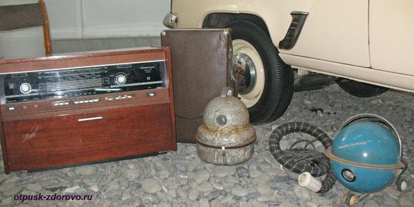 Радиоприемник и пылесос 20 века в ретро-музее Сочи