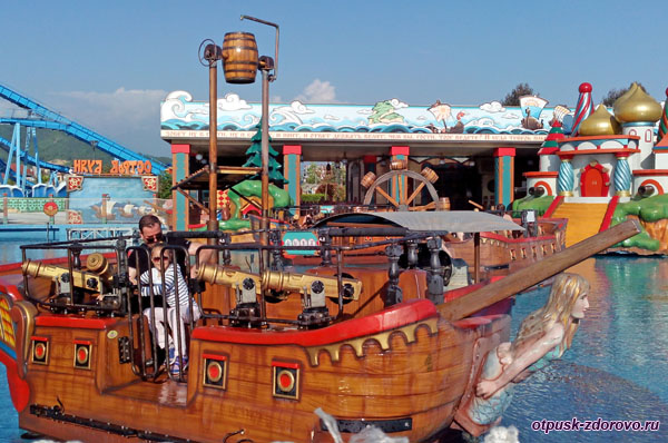 Пираты на корабле стреляют из водных пушек