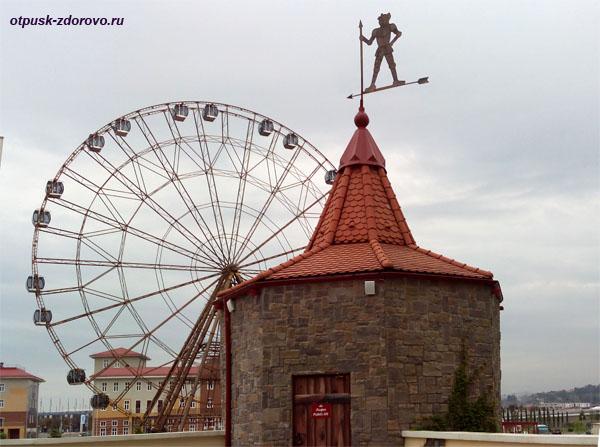 Башня с флюгером и колесо обозрения, возле замка Богатырь, Олимпийский Парк, Адлер