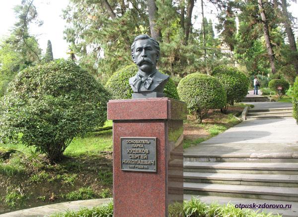 Памятник-бюст Худекова в Дендрарии Сочи