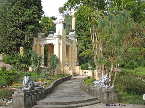 Скульптуры львов возле беседки, Парк Дендрарий в Сочи