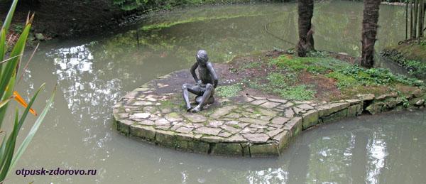 Скульптура Мальчик, сидящий на камне, Нижний парк дендрария в Сочи