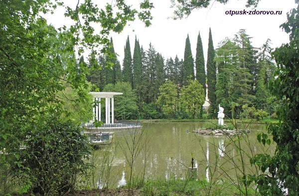 Беседка и скульптура Нептун, Нижний парк дендрария в Сочи