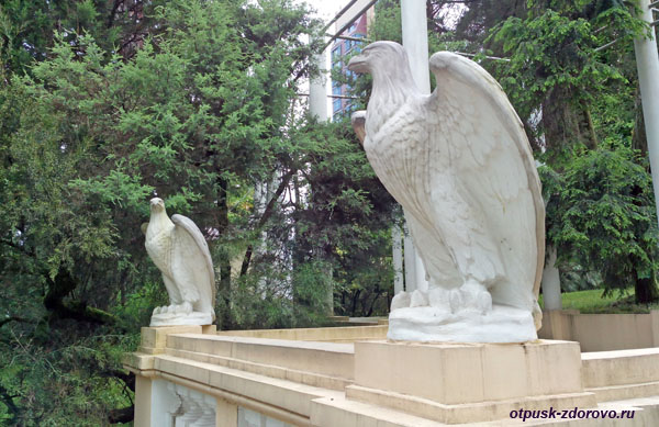 Беседка со скульптурами орлов, Парк Дендрарий в Сочи