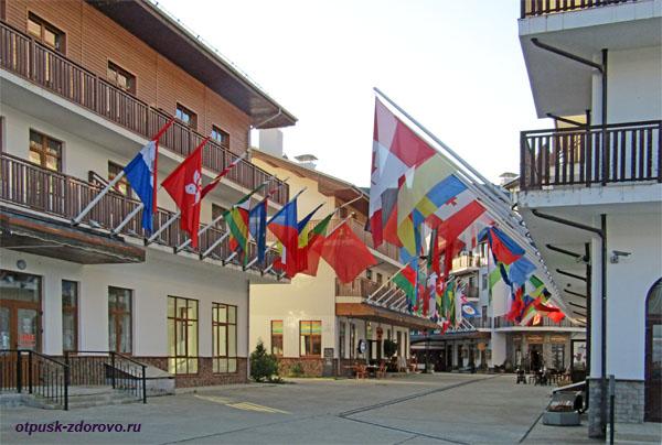 Аллея флагов в горной Олимпийской деревне, Роза Хутор