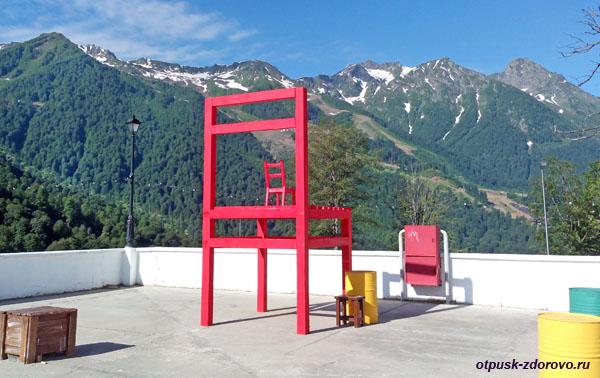 Гигантские стулья у Флакона в горной Олимпийской деревне на Роза Хутор