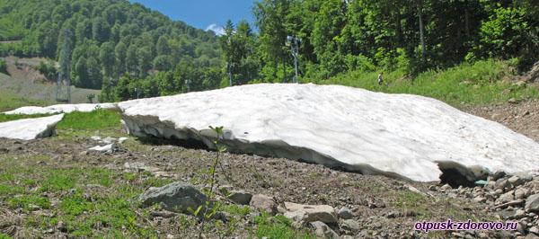Ледник-сугроб в горах летом