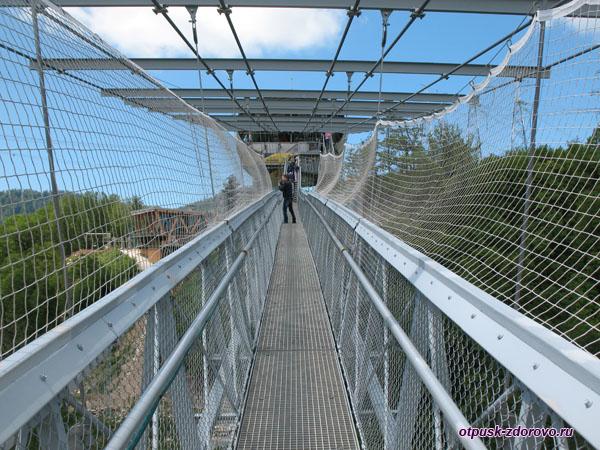 Прогулка по мосту в Скай Парке, Сочи