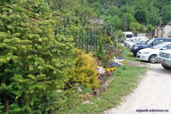 Зеленая парковка возле Свято-Троицкого Георгиевского монастыря, Сочи