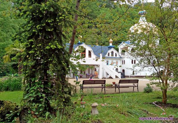 Грибы на территории Свято-Георгиевского монастыря, Сочи