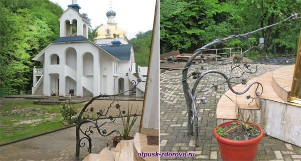 Перила на крыльце Семистрельной церкви, Троице-Георгиевский монастырь, Сочи