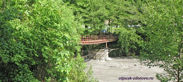 Мост через Мзымту на маршруте к водопаду Пасть Дракона (Глубокий Яр)