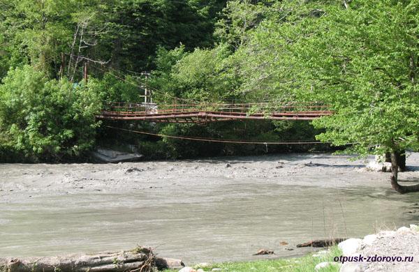 Мост через реку Мзымта, идем пешком к водопаду Пасть Дракона (Глубокий Яр)