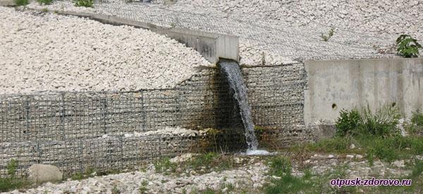 Мини-водопад по дороге в Пасть Дракона (Глубокий Яр)