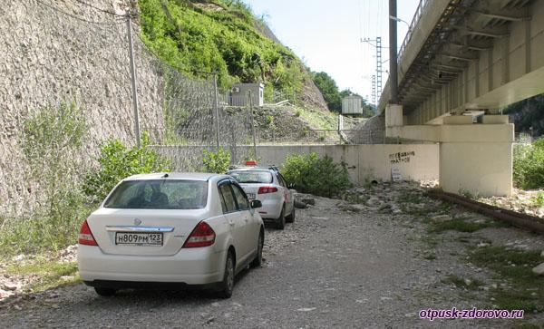 Парковка для машин у начала дороги к Водопаду Пасть Дракона (Глубокий Яр)