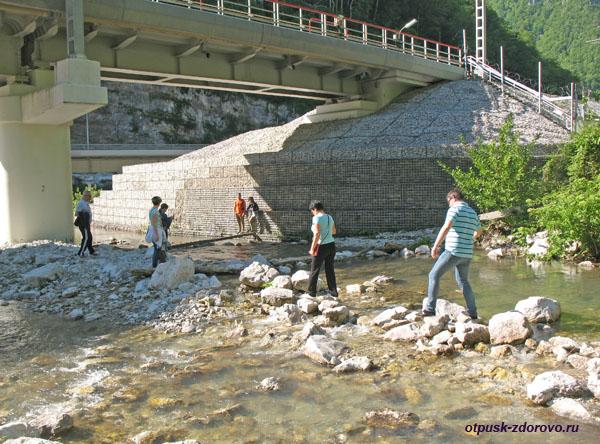 Маршрут на Водопад Пасть Дракона (Глубокий Яр), переходим речку по камням