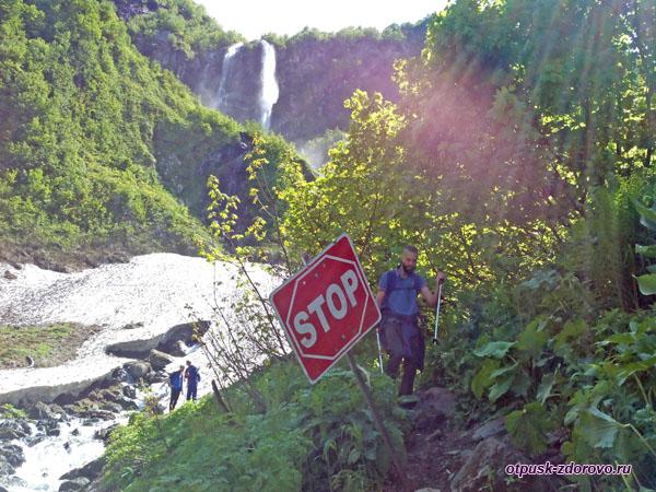 Запрещающий знак у входа на ледник