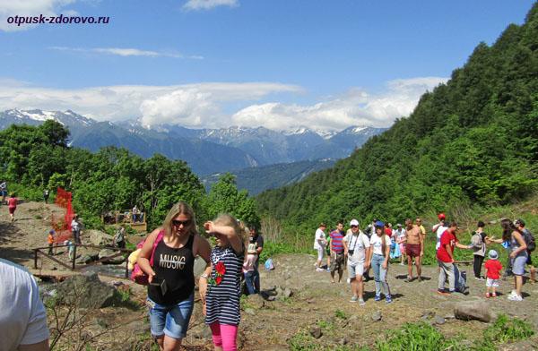 Туристы у водопада Поликаря