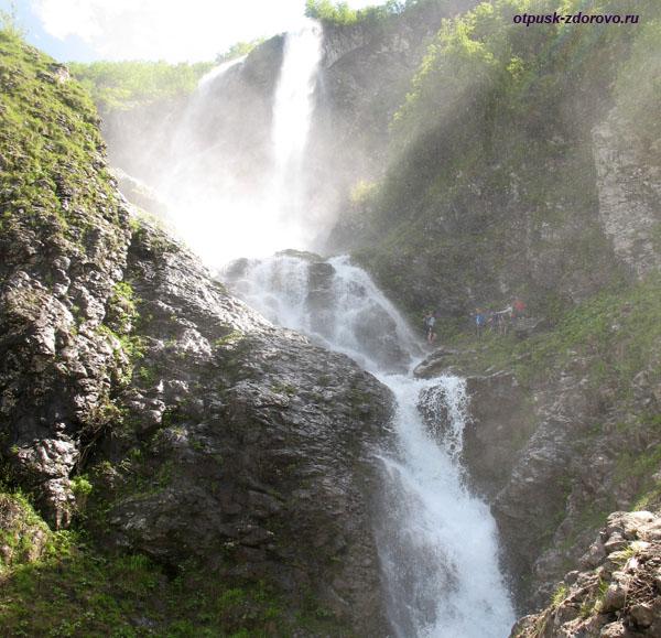 Рядом с водными штанинами водопада Поликаря