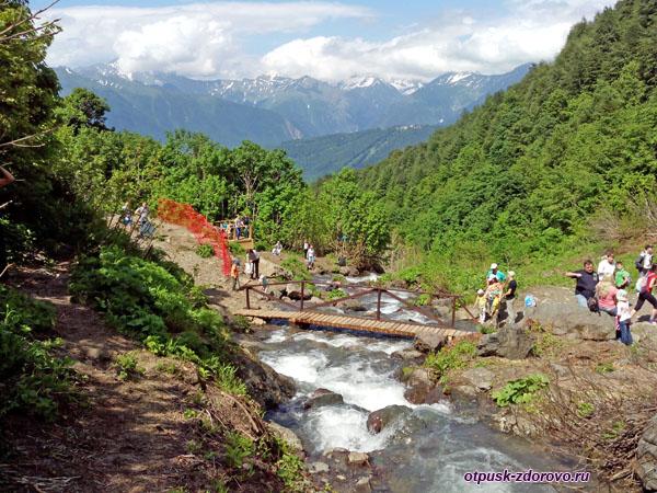 Мост через горную речку возле водопада Поликаря