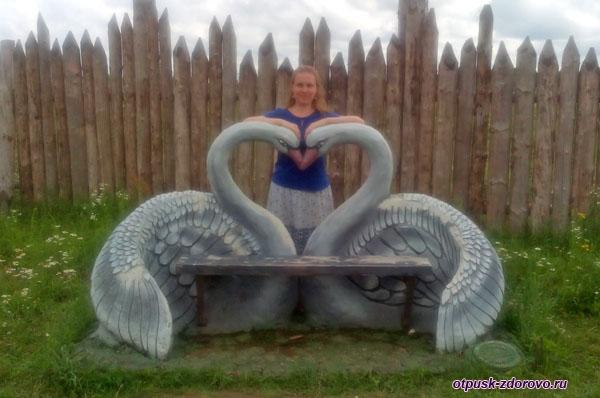 Скамейка с лебедями, Парк-заповедник сказок Берендеево Царство, Серпуховский район