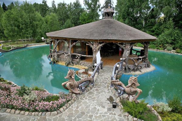 Пруд и беседка возле терема Берендея, Парк-заповедник сказок Берендеево Царство, Серпуховский район