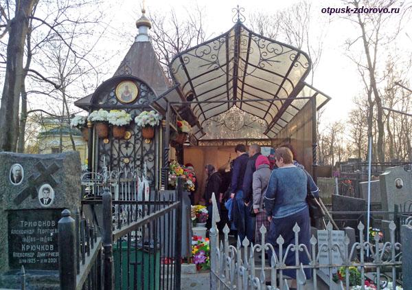 Даниловское кладбище, очередь у могилы Матроны