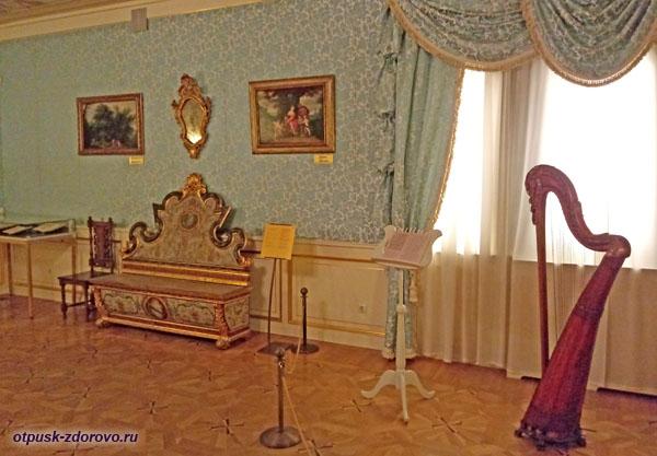 Арфа в хоромах царицы в летнем дворце в Коломенском, Москва