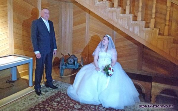 Новобрачные в интерьерах Дворца Алексея Михайловича, Коломенское