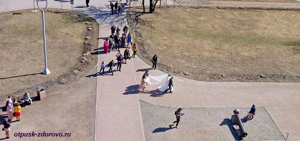 Свадьба, вид со смотровой площадки терема в Коломенском