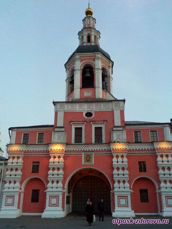Колокольня и вход в Свято-Даниловский монастырь в Москве