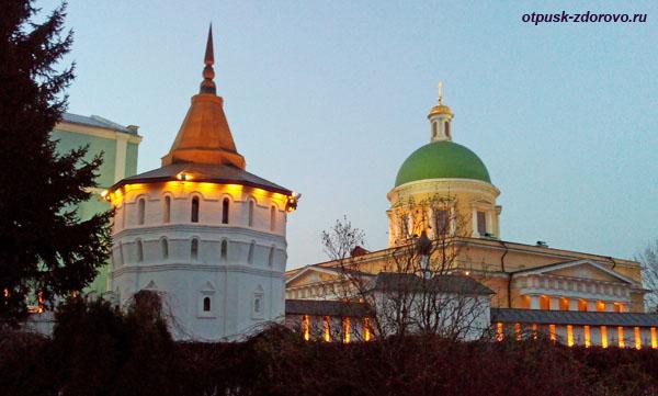 Башни и вечерняя подсветка, Свято-Даниловский монастырь в Москве