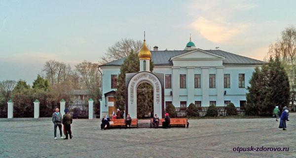 Центральная площадь с часовней-аркой, Свято-Даниловский монастырь в Москве
