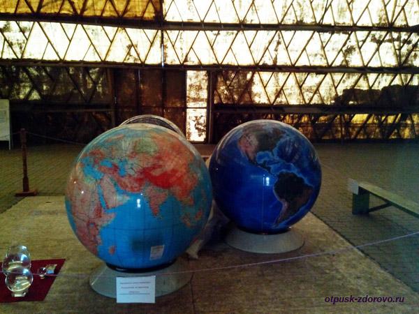 Глобусы внутри Новорижской пирамиды