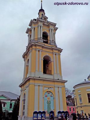 Колокольня Покровского монастыря в Москве