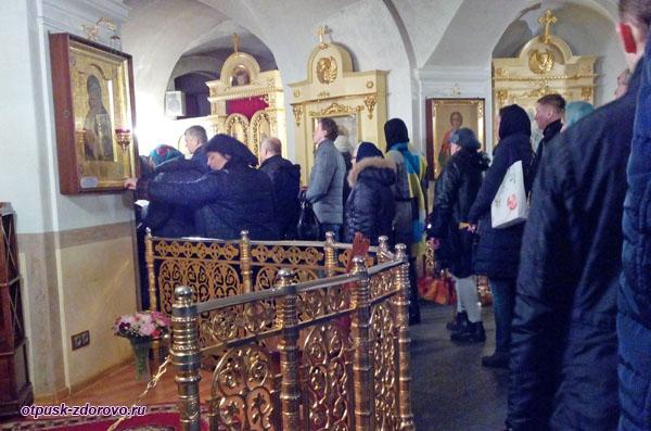 Покровский монастырь в Москве, очередь к мощам Матроны Московской
