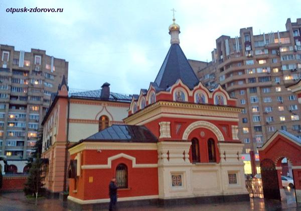 Храм Петра и Февронии возле Покровского монастыря в Москве