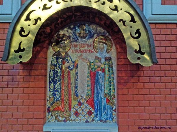 Икона Петра и Февронии на стене церкви возле Покровского монастыря в Москве