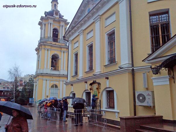 Покровский монастырь в Москве, очередь к иконе Матроны Московской