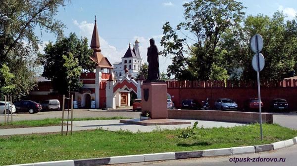 Памятник преподобному Варлааму Серпуховскому, Введенский Владычный женский монастырь, Серпухов