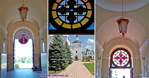 Вход на территорию под колокольней, Высоцкий монастырь, Серпухов