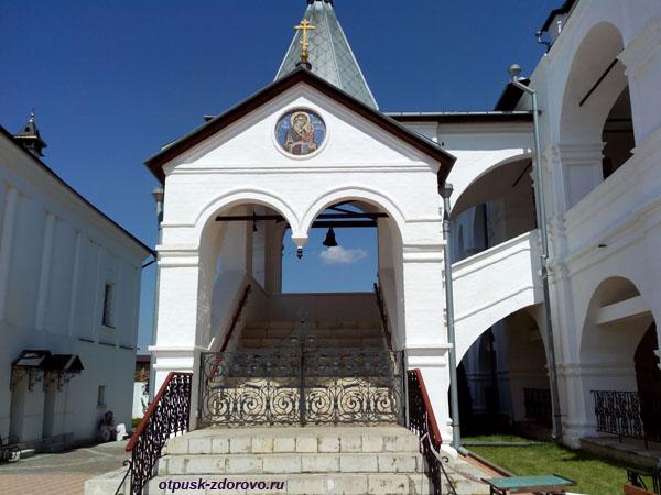 Лестница в Зачатьевский храм, Высоцкий монастырь, Серпухов