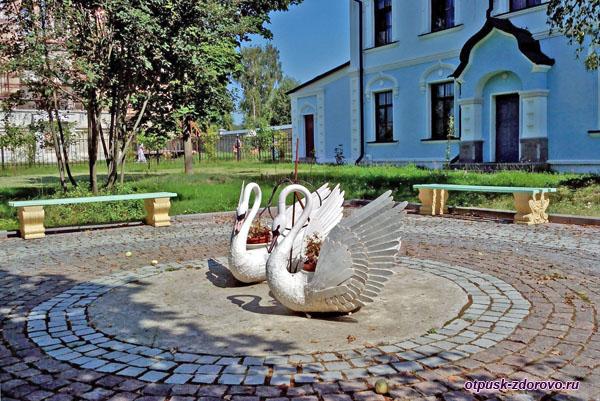 Скульптуры лебедей, Высоцкий монастырь, Серпухов