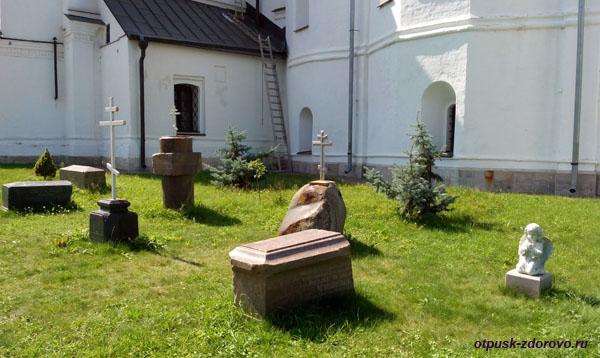 Кресты и надгробья на территории Высоцкого монастыря, Серпухов